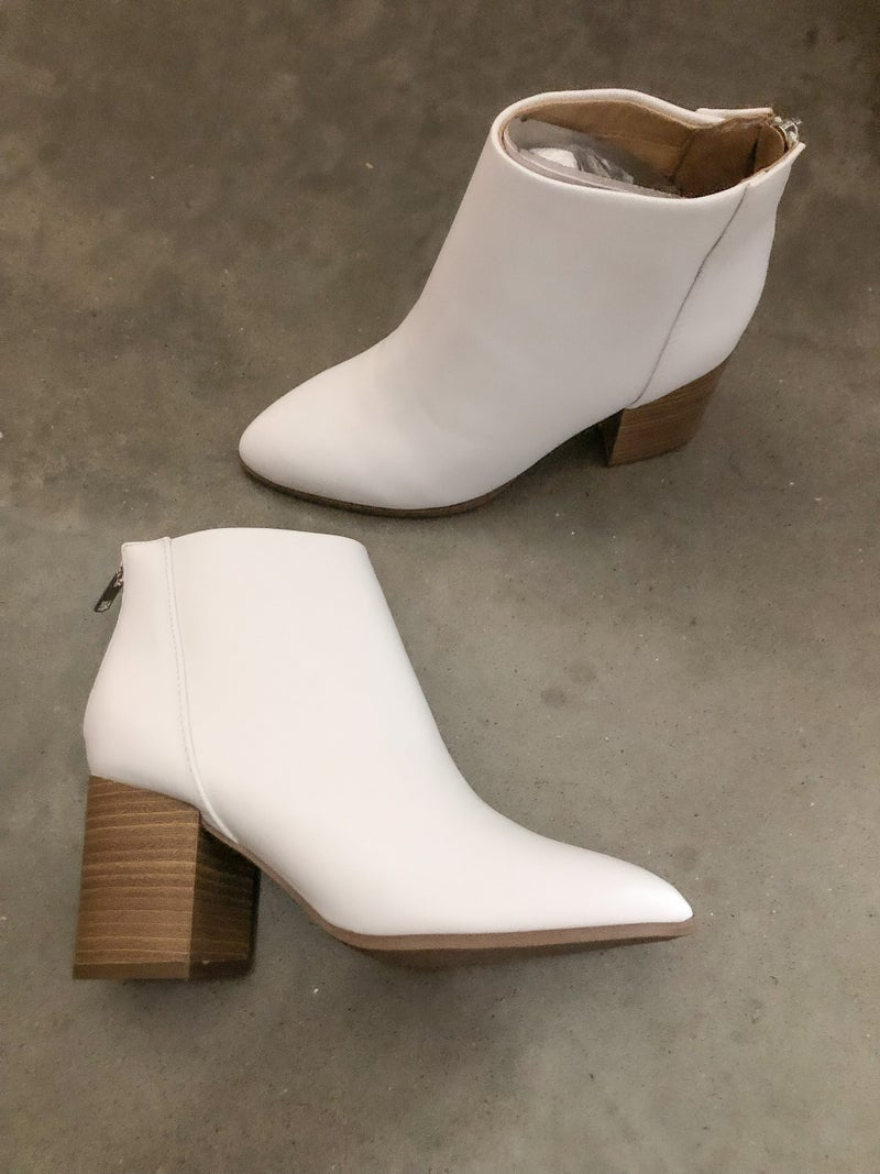 << WHITE LEATHER BOOTS >>