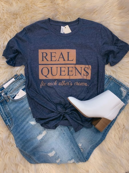 << REAL QUEENS FIX EACH OTHERS CROWNS >>
