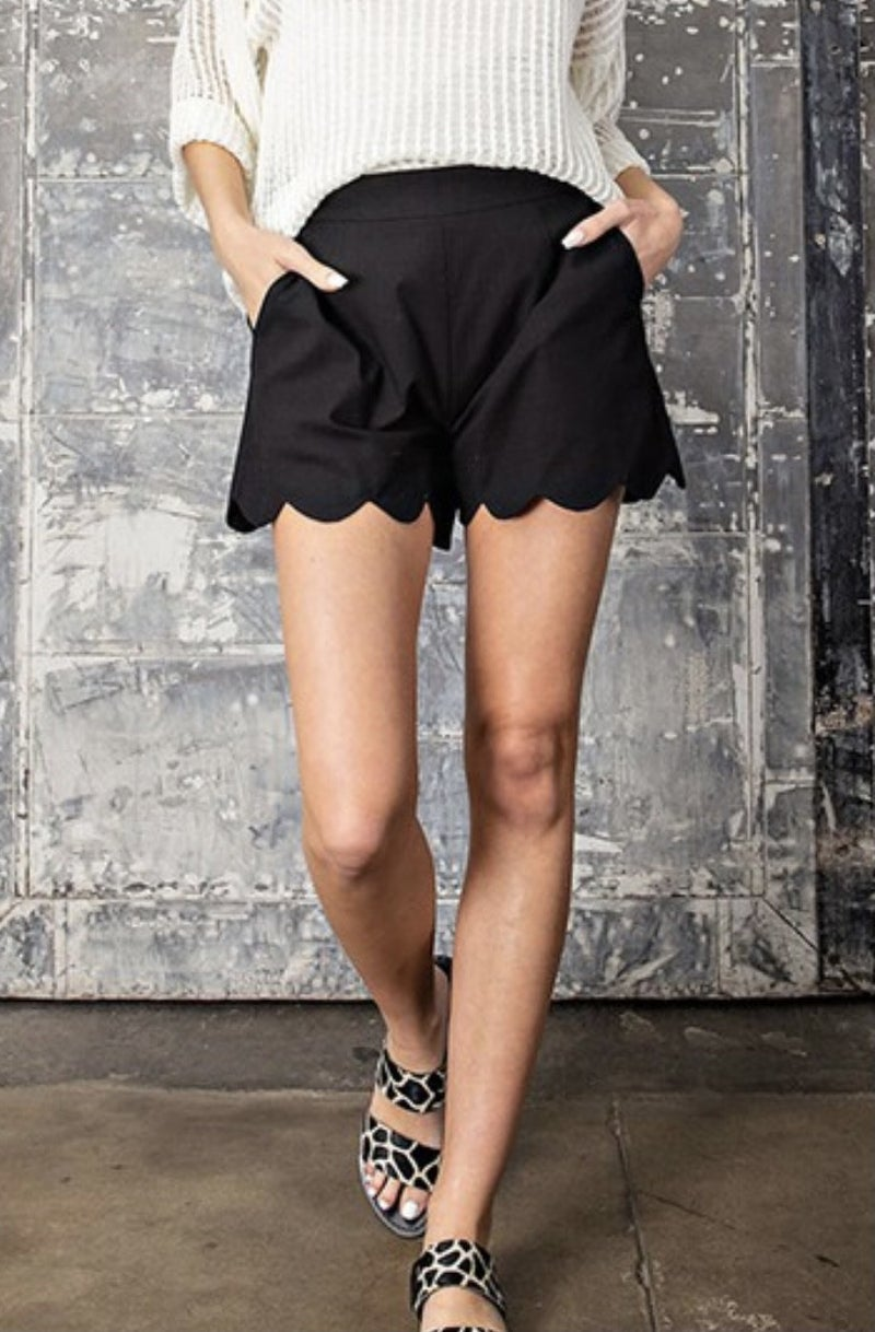 SCALLOPED BLACK SHORTS CURVY