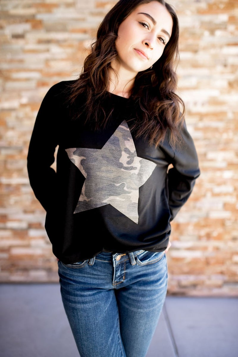FRENCH TERRY CAMO STAR PULLOVER TOP
