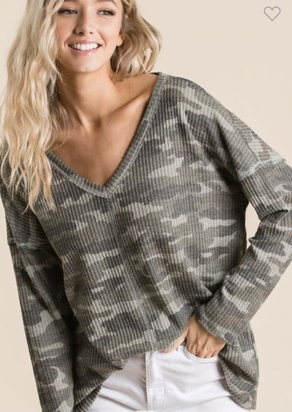 BRUSHED CAMO THERMAL WAFFLE KNIT V-NECK TOP