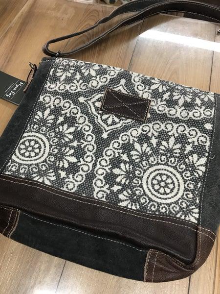 Myra freaky shoulder bag