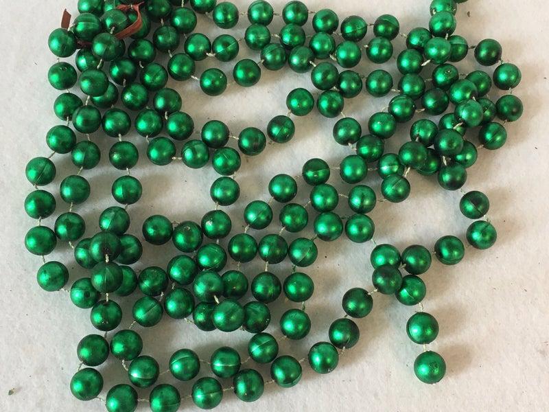 Green plastic beads, 8 ft.