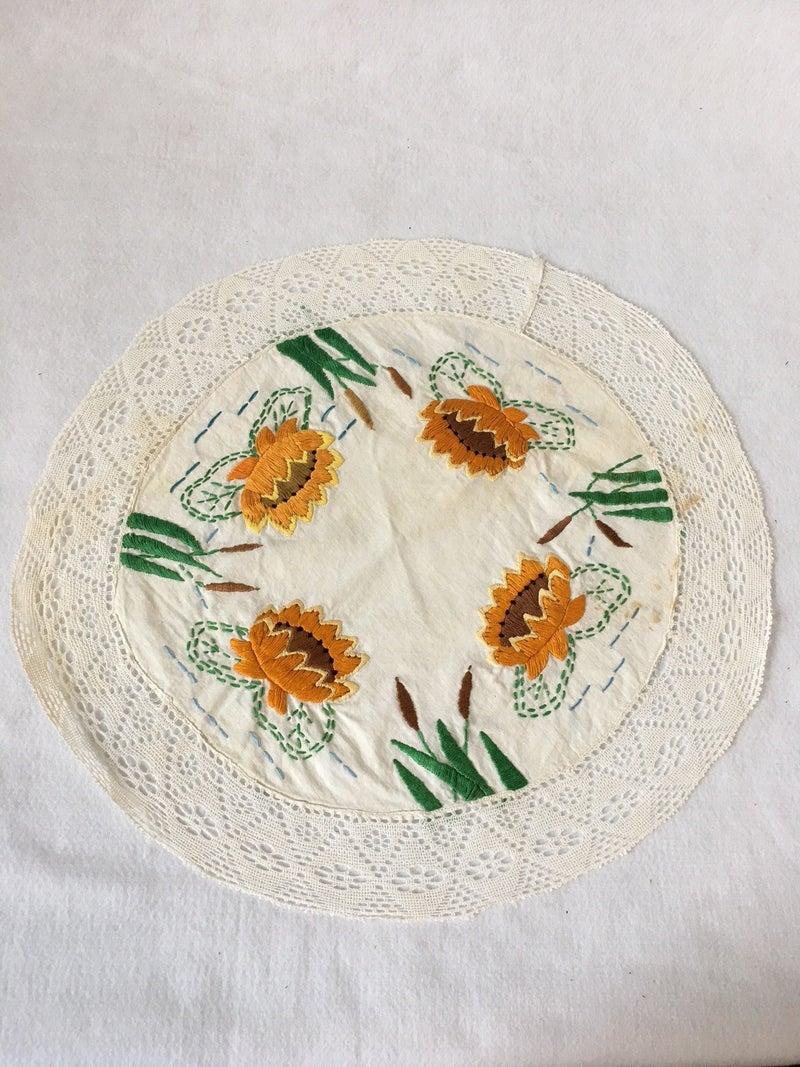 Round dresser scarf w/waterlilies & cat tails