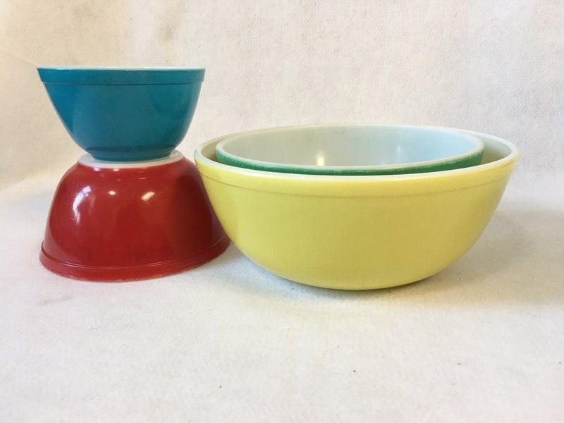 Set of 3 vintage Pyrex stacking bowls