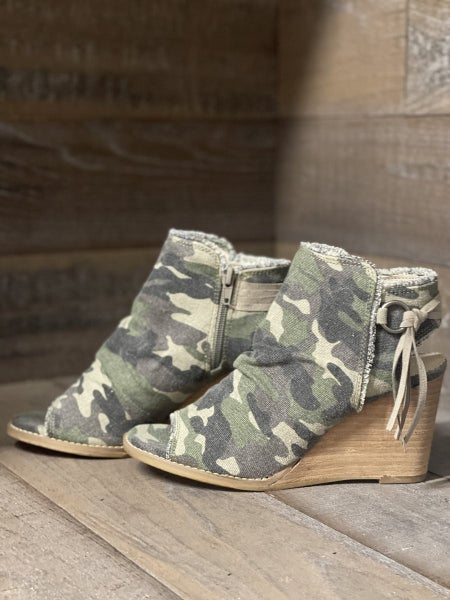 Keely Camo Sandal by Very G