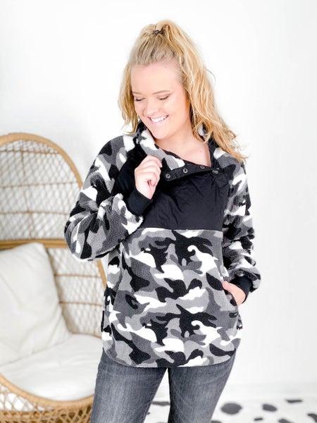 Plus/Reg Long Sleeve Camo Fleece Knit Top with Pockets