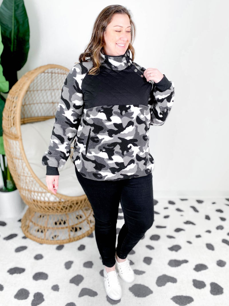Plus/Reg Long Sleeve Camo Fleece Knit Top with Pockets