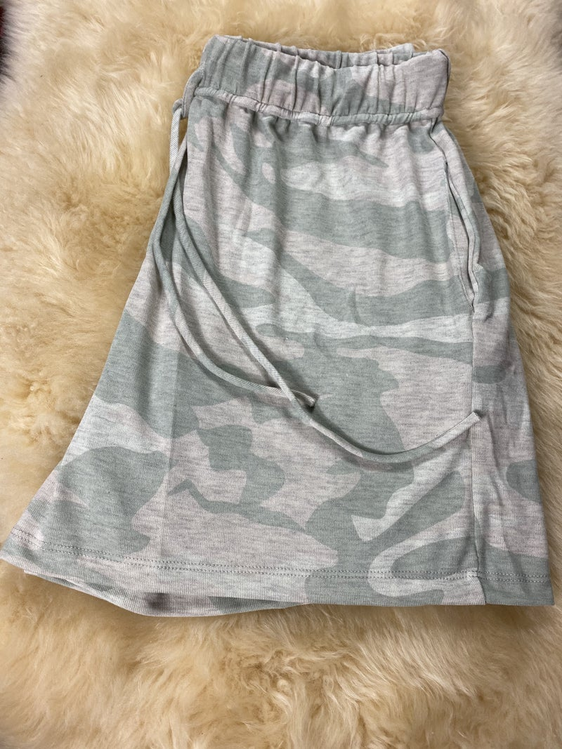 Camouflage Knit Shorts w/ Elastic Waist
