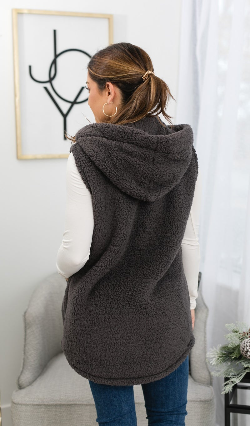 The Amber Sherpa Vest, Charcoal