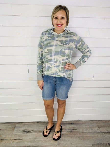 PLUS/REG Judy Blue Nondistressed Beach Babe Bermuda Shorts-- Light Wash