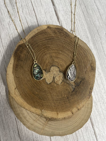 Eyes On Me Short Gold Necklace With Teardrop Pendant In Multiple Prints