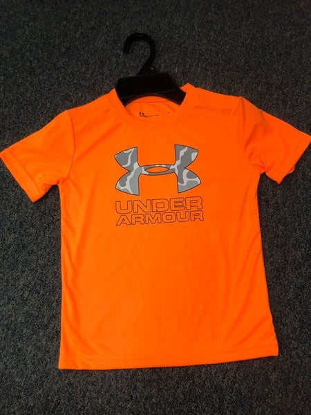 BOYS UNDER ARMOUR ORANGE CAMO LOGO SHIRT