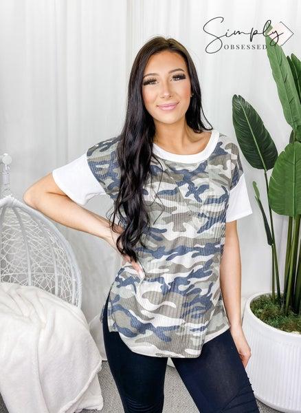 LA VIDA-Ribbed Short Sleeve Camo Print Top