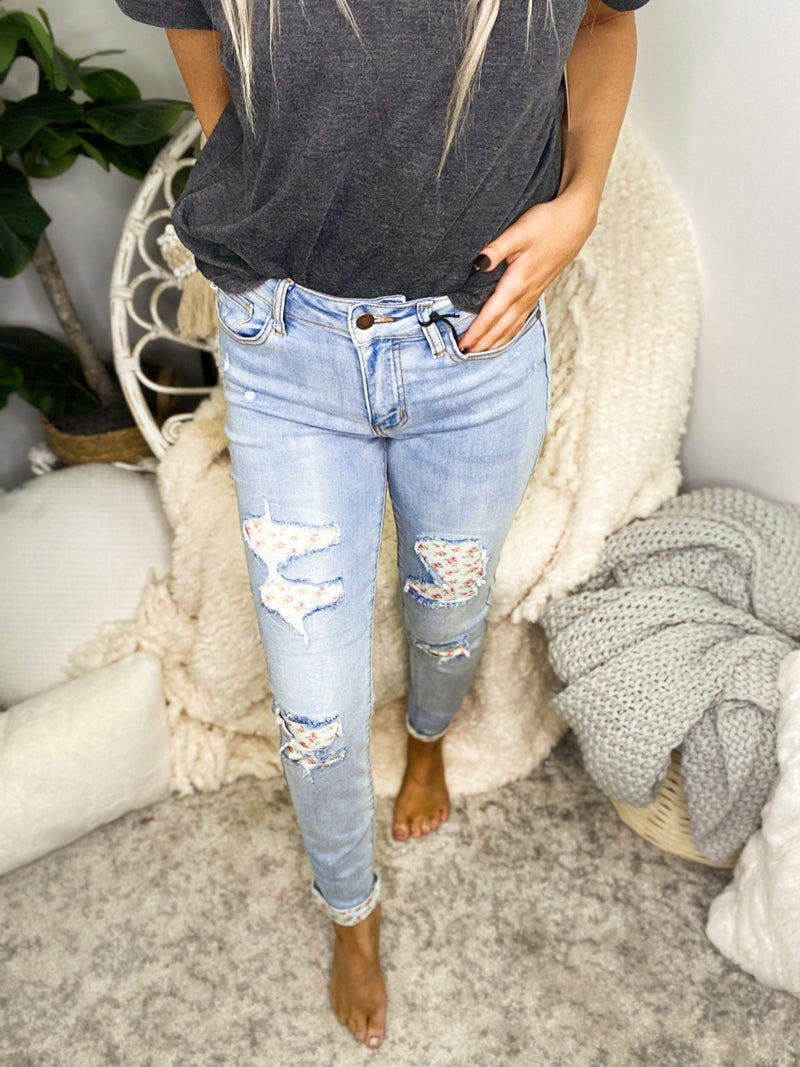 JUDY BLUE-DISTRESSED FLORAL PATCH SKINNY JEANS