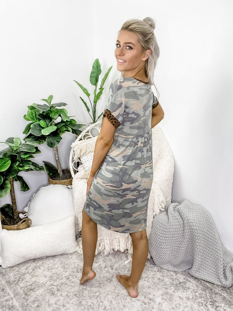 WHITE BIRCH-Short Sleeve Camo Knit Dress With V Neck And Side Pocket