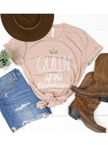 """QUEEN OF THE FARMHOUSE"" GRAPHIC TEE"