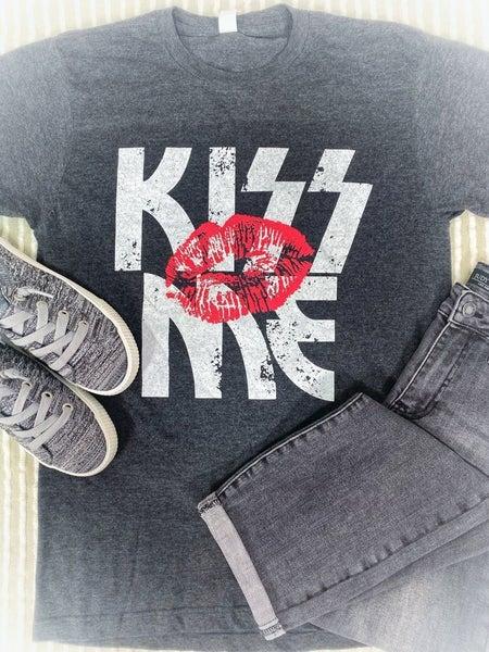 KISS ME GRAPHIC TEE